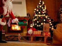 Santa Claus lässt Weihnachtsgeschenk unter dem Weihnachtsbaum lizenzfreies stockbild