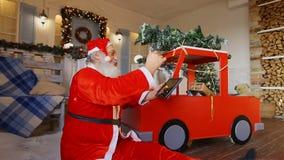 Santa Claus legge le lettere dai bambini sulla compressa stock footage