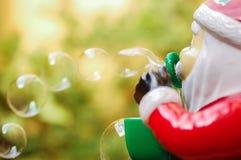 Santa Claus leksak som blåser bubblor Royaltyfri Fotografi
