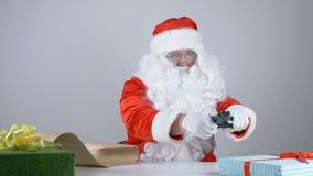 Santa Claus liest einen Brief und lädt ein Gewehr 50 fps neu stock video footage
