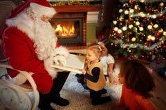 Santa Claus lit un conte de fées Image stock