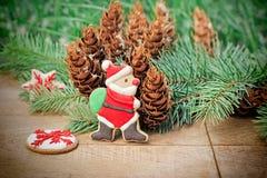 Santa Claus mögen dekorativ u. x28; fantastisches cookie& x29; - Weihnachtsplätzchen auf einem hölzernen Hintergrund lizenzfreies stockbild