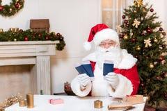 Santa Claus med biljetter och pass Fotografering för Bildbyråer