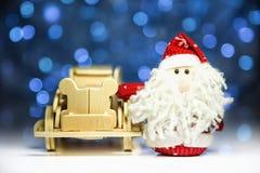 Santa Claus med den gamla retro träbilen Arkivfoton