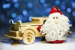 Santa Claus med den gamla retro träbilen Arkivfoto