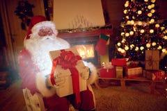 Santa Claus med den magiska gåvan för dig Royaltyfri Foto