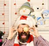 Santa Claus med den roliga framsidan med garnering klumpa ihop sig för ögon royaltyfria foton