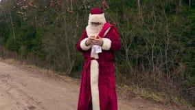 Santa Claus med det gåvapåsen och äpplet arkivfilmer