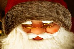 Santa Claus med det vita skägget och den röda hatten arkivbilder