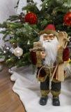 Santa Claus med en gåva på jul Arkivfoton