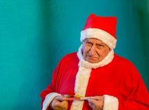 Santa Claus med en måttband arkivbild