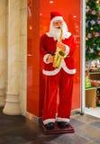 Santa Claus med en saxofon Arkivbilder