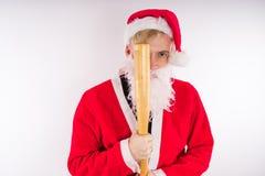 Santa Claus med ett baseballslagträ, begreppet av en onda Santa Claus för jul arkivfoton