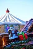 Santa Claus med ett vitt skägg i ett rött lag och med en enorm ask av gåvor Royaltyfri Foto