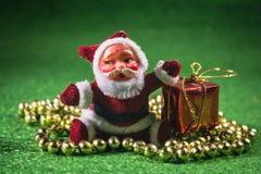 Santa Claus med gåvaasken. Arkivbild