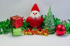 Santa Claus med gåvan av juldagen Royaltyfri Fotografi