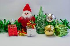 Santa Claus med gåvan av juldagen Royaltyfri Bild
