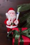 Santa Claus med gåvan av pengar i hans hand Fotografering för Bildbyråer