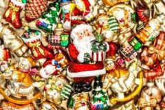 Santa Claus med garneringar för julträd, leksaker och färgrik nolla Royaltyfri Bild