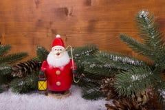 Santa Claus med granfilialen och snö Royaltyfria Bilder