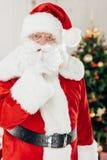 Santa Claus med hyssjar tecknet Royaltyfri Foto