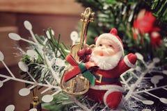 Santa Claus med instrumentet Fotografering för Bildbyråer