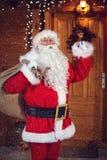 Santa Claus med klockan meddelar hans ankomst Royaltyfria Foton