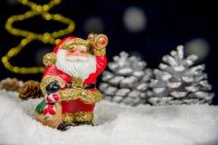 Santa Claus med klockan på snö Symbolet av julen och det nya året Fotografering för Bildbyråer