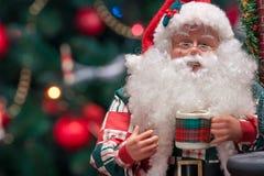 Santa Claus med koppen Fotografering för Bildbyråer