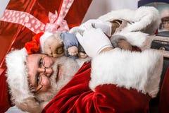 Santa Claus med lyckligt älvan Arkivbilder