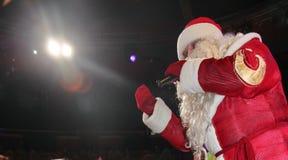 Santa Claus med mikrofonen på etapp Royaltyfria Bilder