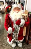 Santa Claus med roligt ler och skidar arkivfoton