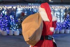 Santa Claus med säcken magiska jullampor Arkivfoton
