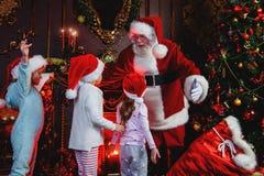 Santa Claus med ungar arkivfoto