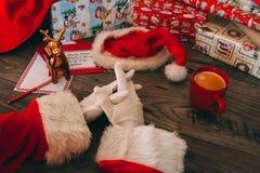 Santa Claus med vita handskar på hans trätabell Arkivfoton