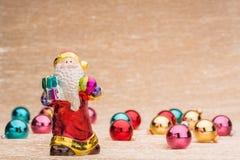 Santa Claus met Ð ¡ hristmasballen stock afbeelding