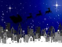 Santa Claus met arvlieg over stad bij nacht, Kerstmis Royalty-vrije Stock Foto