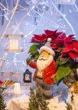 Santa Claus met een lantaarn stock afbeeldingen