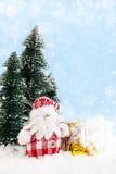 Santa Claus met giften op sneeuwachtergrond Royalty-vrije Stock Foto
