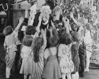 Santa Claus met groep opgewekte kinderen (Alle afgeschilderde personen leven niet langer en geen landgoed bestaat Leveranciersgar Royalty-vrije Stock Foto's
