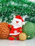 Santa Claus met Kerstmisballen en witte sneeuwvlok Stock Afbeeldingen
