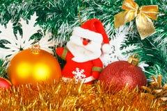 Santa Claus met Kerstmisballen en witte sneeuwvlokken Royalty-vrije Stock Fotografie