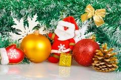 Santa Claus met Kerstmisballen en witte sneeuwvlokken Royalty-vrije Stock Foto's