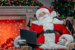 Santa Claus met Laptop stock fotografie