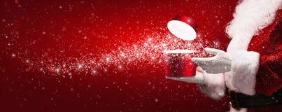 Santa Claus met magische doos stock foto's