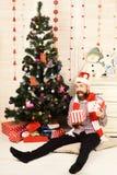 Santa Claus met opgewekt gezicht op dienst met stuk speelgoed sneeuwman stock fotografie