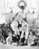 Santa Claus met stelt en een groep kinderen voor een brandplaats voor (Alle afgeschilderde personen leven niet langer en geen est royalty-vrije stock afbeelding