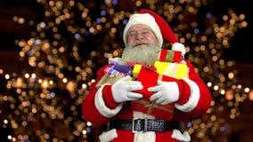 Santa Claus met stelt voor stock video