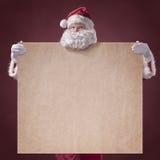 Santa Claus met uitstekende affiche op rode achtergrond Royalty-vrije Stock Afbeeldingen