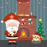 Santa Claus mignonne tient un verre avec du lait et des biscuits Chiot de corgi dormant près de l'arbre de Noël avec des cadeaux  illustration stock